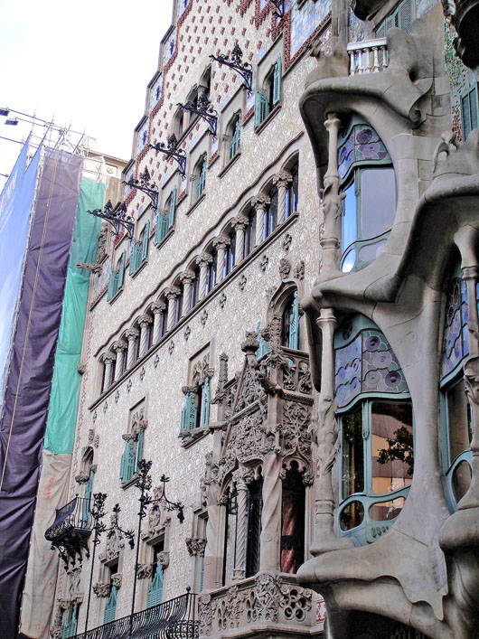 Between 1898 and 1906 three adjacent houses were built on one block on the boulevard 'Passeig de Gracia' by some of the most important modernist architects: Casa Lléo Morera (designed by Domènech i Montaner), Casa Amatller (designed by Puig i Cadafalch) and Gaudí's Casa Batlló.