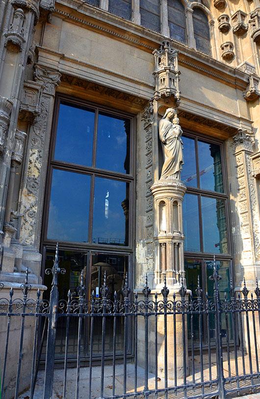 """Reflection of the Henri de Miller sculpture, """"L'Écoute"""" in the windows of Saint Eustache"""