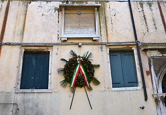 Memorial wreath in the Ghetto Vecchio