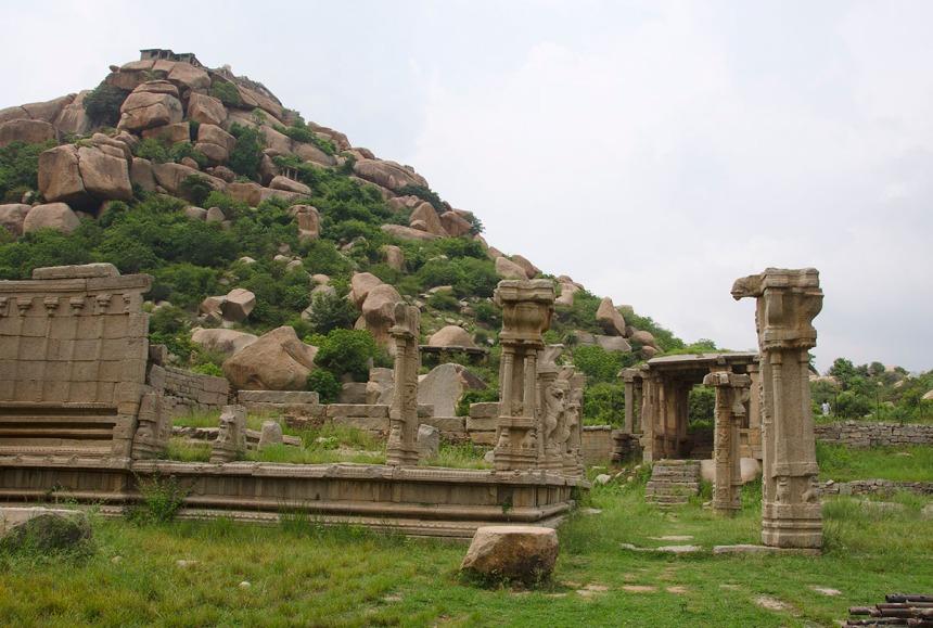Ruins on the way to Achuttaraya temple